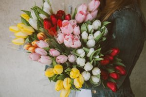 花を持たせる (hana o motaseru): Meaning | 英訳